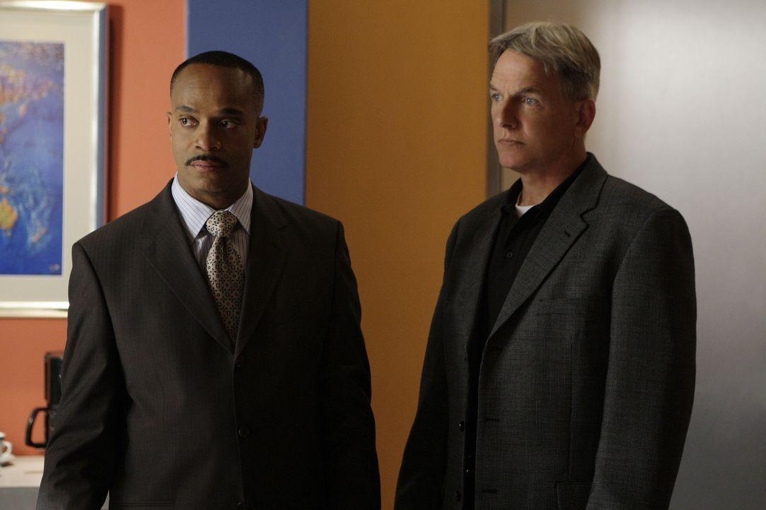 Trotz einiger anonymer Hinweise, die bei Director Leon Vance (Rocky Carroll, l.) eintreffen, kommen Gibbs (Mark Harmon, r.) und sein Team erstmal be... - Bildquelle: CBS Television