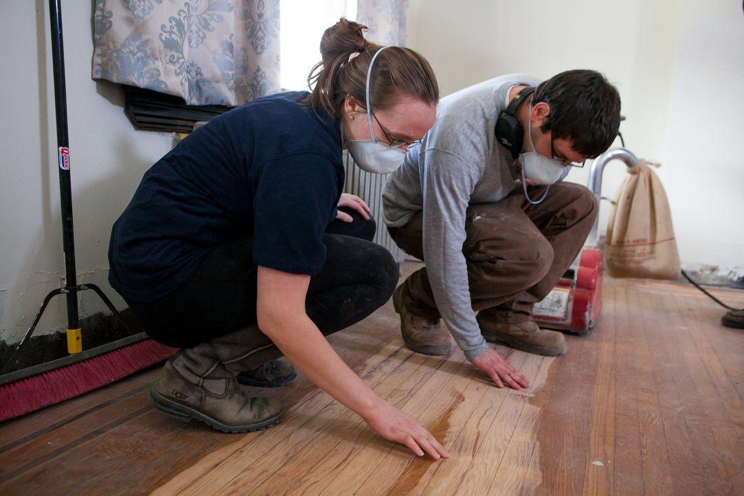Abby (l.) und Matt (r.) sind hoch motiviert und guter Dinge, als sie sich überlegen, ein renovierungsbedürftiges Haus zu kaufen. Schließlich ist sie... - Bildquelle: 2013, DIY Network's/Scripps Network's, LLC.