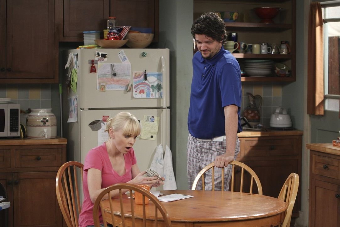 Baxter (Matt Jones, r.), der Vater ihres Sohnes Roscoe, ist genauso oft in Geldschwierigkeiten wie Christy (Anna Faris, l.) selbst - keine tollen Vo... - Bildquelle: Warner Brothers Entertainment Inc.