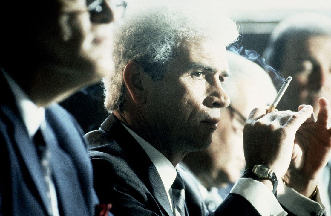 Bei seinen Ermittlungen stößt Staatsanwalt Garrison immer wieder auf den mysteriösen Clay Shaw (Tommy Lee Jones). Was verbindet Shaw mit der Mafia,... - Bildquelle: Warner Bros.