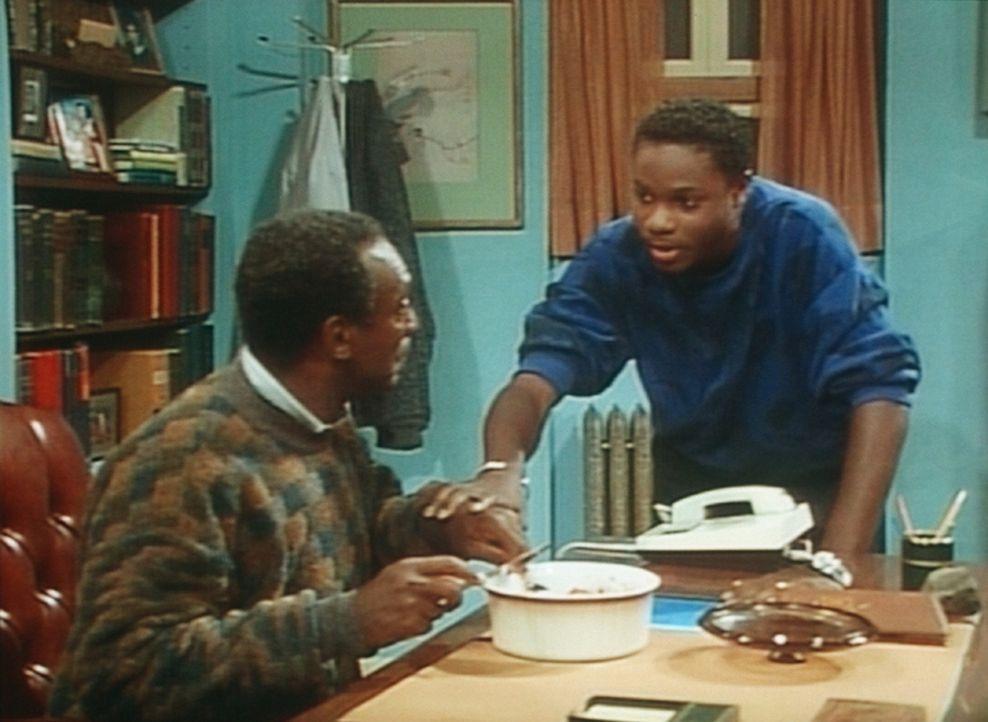 Theo (Malcolm-Jamal Warner, r.) hat seinem hungrigen Vater Cliff (Bill Cosby, l.) etwas von dem Essen der Nachbarn besorgt. - Bildquelle: Viacom