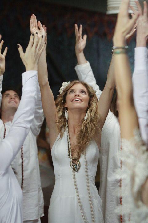 Im Yoga-Fieber: Naomi (AnnaLynne McCord) - Bildquelle: TM &   CBS Studios Inc. All Rights Reserved