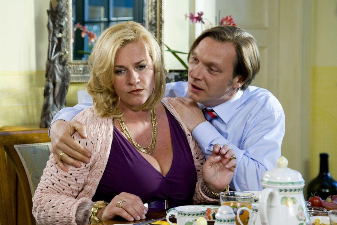 Birgit (Petra Kleinert, l.) will schon lange nichts mehr von ihrem Ehemann. Doch Bürgermeister Richard Saitling (Martin Brambach, r.) hat nach wie v... - Bildquelle: SAT.1