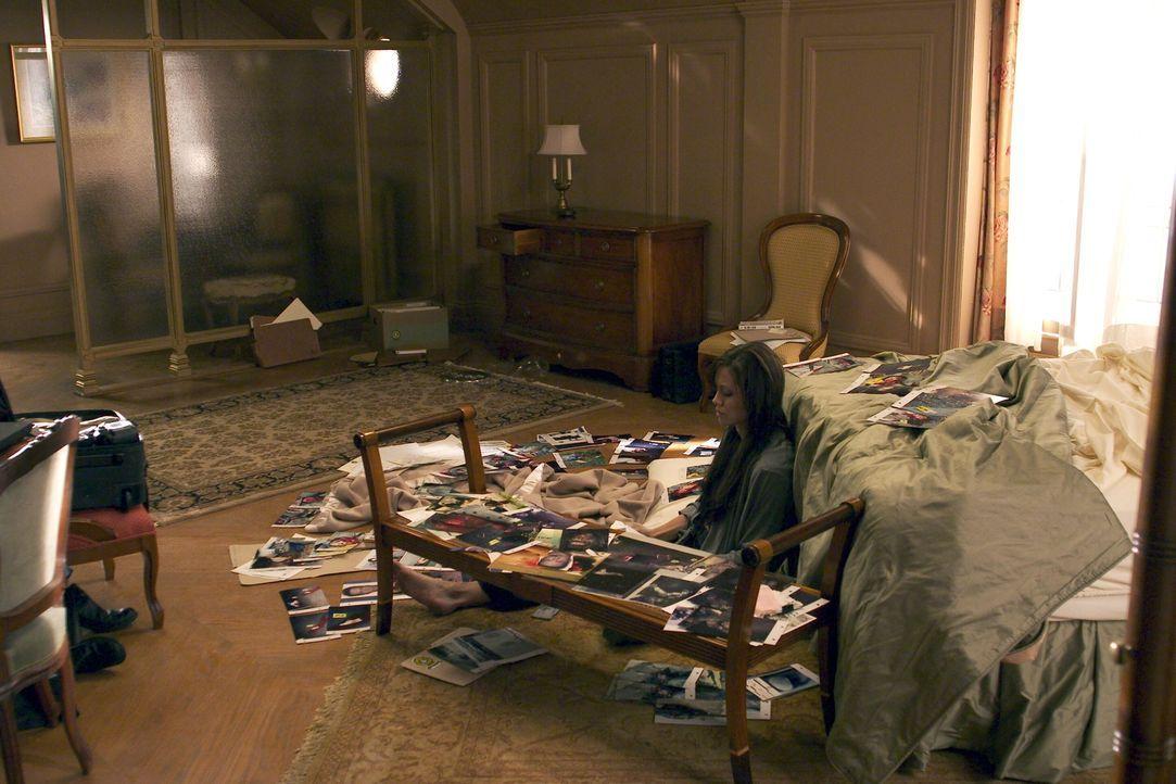 Illeana Scott (Angelina Jolie) ist besessen von ihrer Arbeit als Profilerin. Häufig schläft und isst sie neben den Fotos der toten Opfer ... - Bildquelle: Warner Bros.