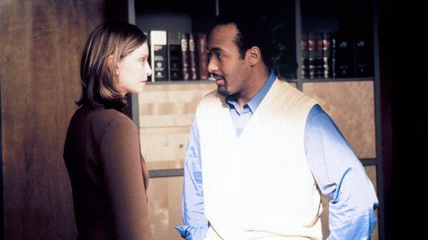 Nachdem Dr. Greg Butters (Jesse L. Martin , r.), abgelenkt von Allys (Calista...