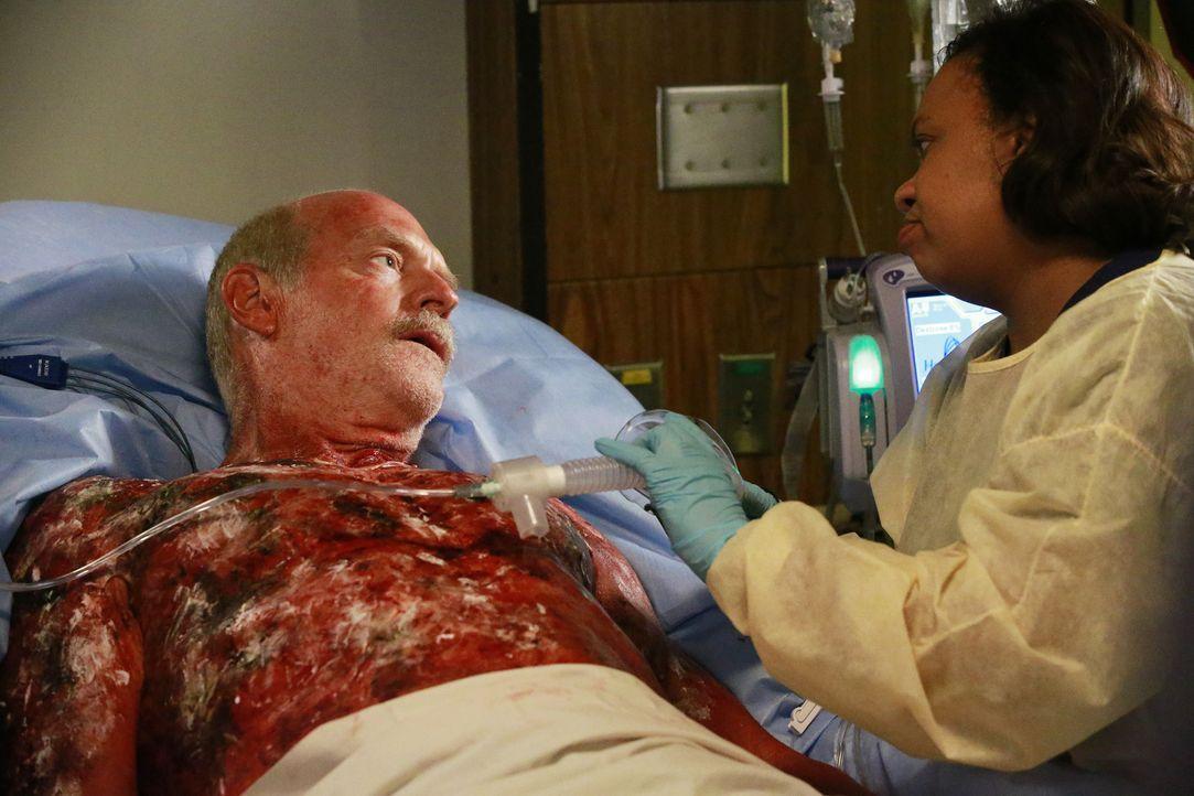 Bailey (Chandra Wilson, r.) kümmert sich um Casey (Casey Sander, l.), einen schwerverletzten Feuerwehrmann, während Owens Mutter im Krankenhaus auft... - Bildquelle: Mitchell Haaseth ABC Studios