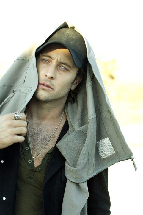 Das starke Sonnenlicht in der Wüste setzt die Vampirfähigkeiten von Mick (Alex O'Loughlin) außer Kraft ... - Bildquelle: Warner Brothers