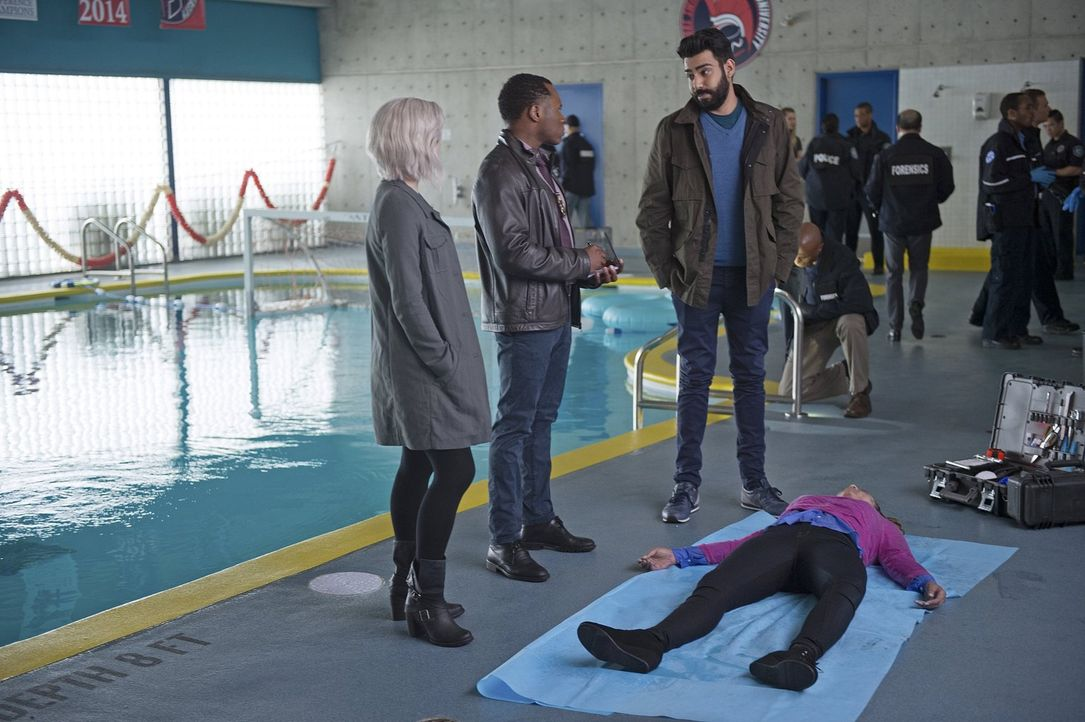 Als die Musterschülerin Bailey Barker (Hayley Marie Morman, r.) ermordet wird, müssen Liv (Rose McIver, l.), Clive (Malcolm Goodwin, 2.v.l.) und Rav... - Bildquelle: 2014 Warner Brothers