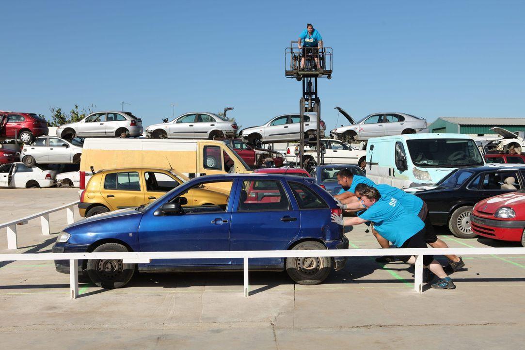 Während (v.l.n.r.) Sina, Ali und Umut im Schweiße ihres Angesichts Parkplatztausch spielen müssen, versucht Sascha (oben) den Überblick zu behalten,... - Bildquelle: SAT.1/Enrique Cano