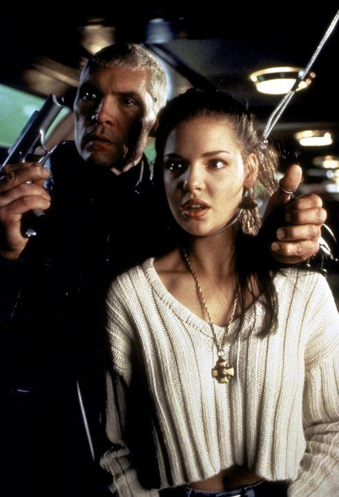 Als der skrupellose Anführer der Söldner, Penn (Everett McGill, l.), die arme Sarah (Katherine Heigl, r.) als Geisel nimmt, ahnt er nicht, dass er... - Bildquelle: Warner Bros.