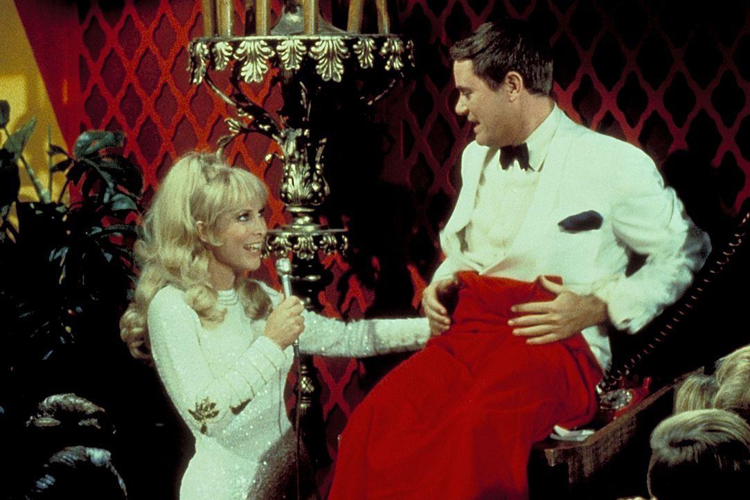 Tony (Larry Hagman, r.) stellt zu seinem Entsetzen fest, dass in einem Nachtclub Jeannie (Barbara Eden, l.) als Sängerin auftritt. - Bildquelle: Columbia Pictures