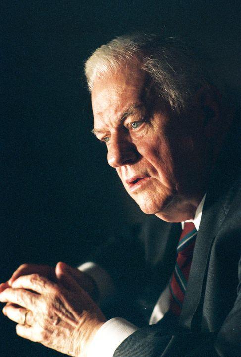 Ernest Yost (Charles Durning), ehemals Marine Corporal, ist Träger der Tapferkeitsmedaille, weil er im Zweiten Weltkrieg im Kampf gegen die Japaner... - Bildquelle: CBS Television