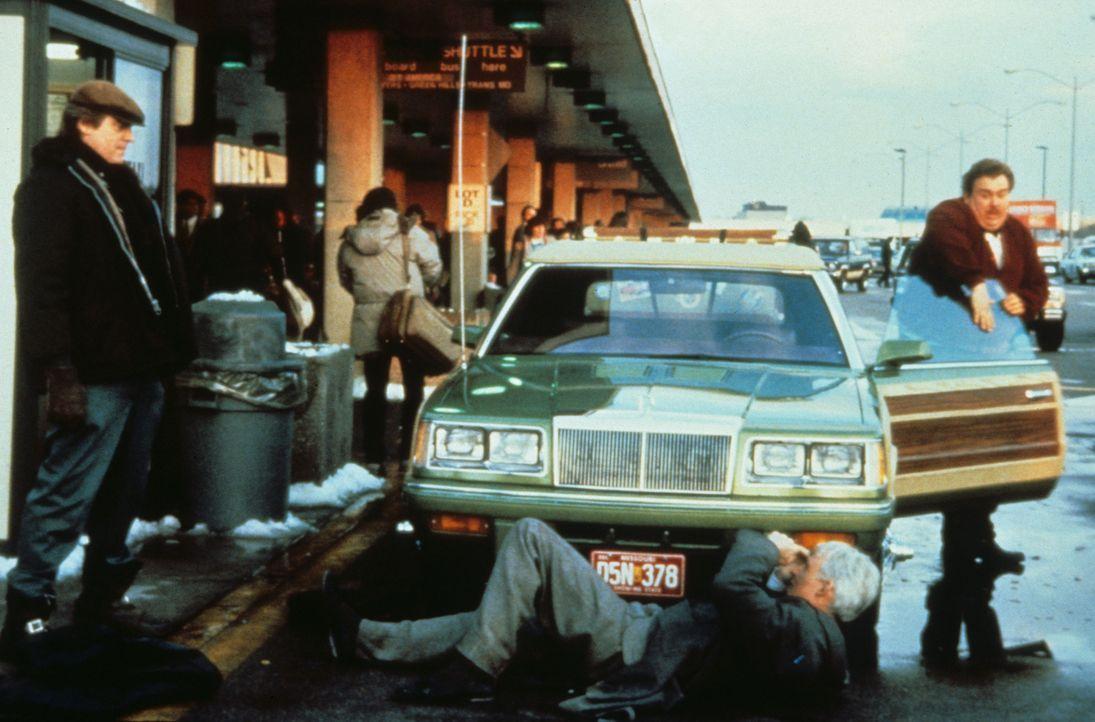 Nichts funktioniert bei Neals (Steve Martin, M.) und Dels (John Candy, r.) Heimreise so, wie es sollte. - Bildquelle: Paramount Pictures