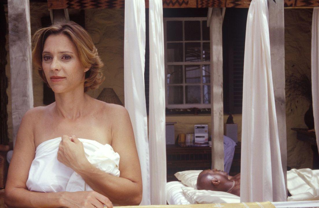 Henriette (Carin C. Tietze, l.) genießt ihren Seitensprung mit John (Jonathan Price, r.), der sich in sie verliebt hat. - Bildquelle: Christine Nachmann Sat.1
