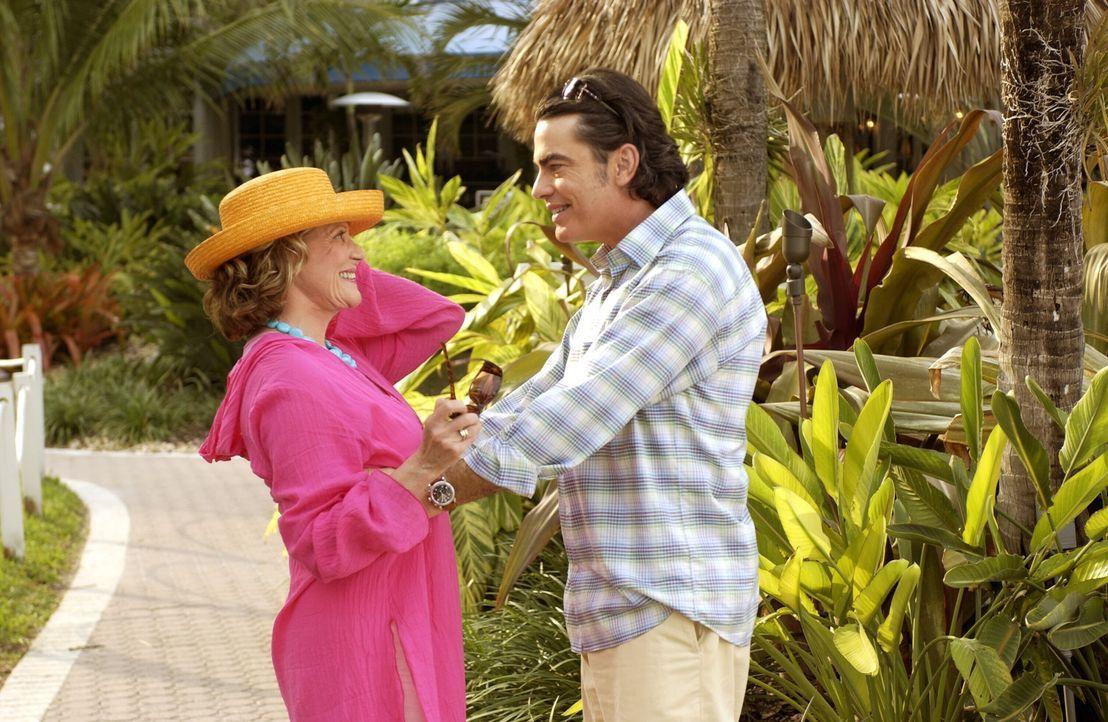 Sandys Mutter Sophie (Linda Lavin, l.) - die Nana - meldet sich aus Florida mit der frohen Kunde, sie gedenke zu heiraten. Für Sandy (Peter Gallagh... - Bildquelle: Warner Bros. Television