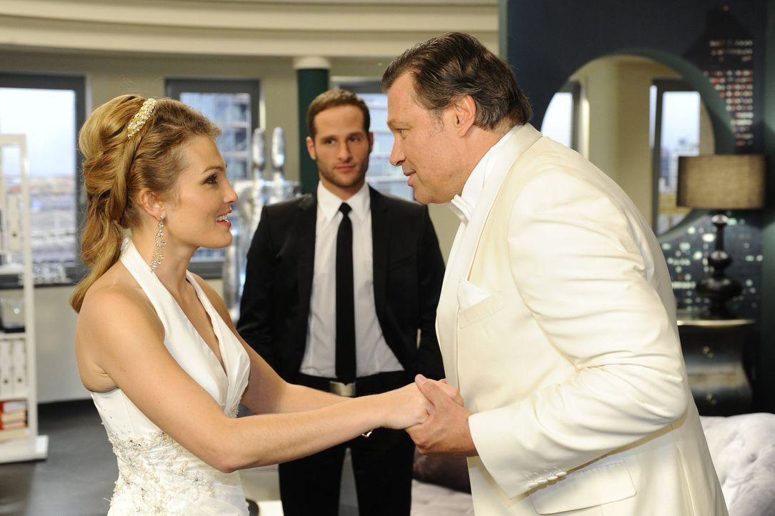 Annetts (Tanja Wenzel, l.) großer Tag steht bevor - ihre Hochzeit mit Alexander. Während sich Richard (Robert Jarczyk, r.) für seine Tochter freu... - Bildquelle: SAT.1