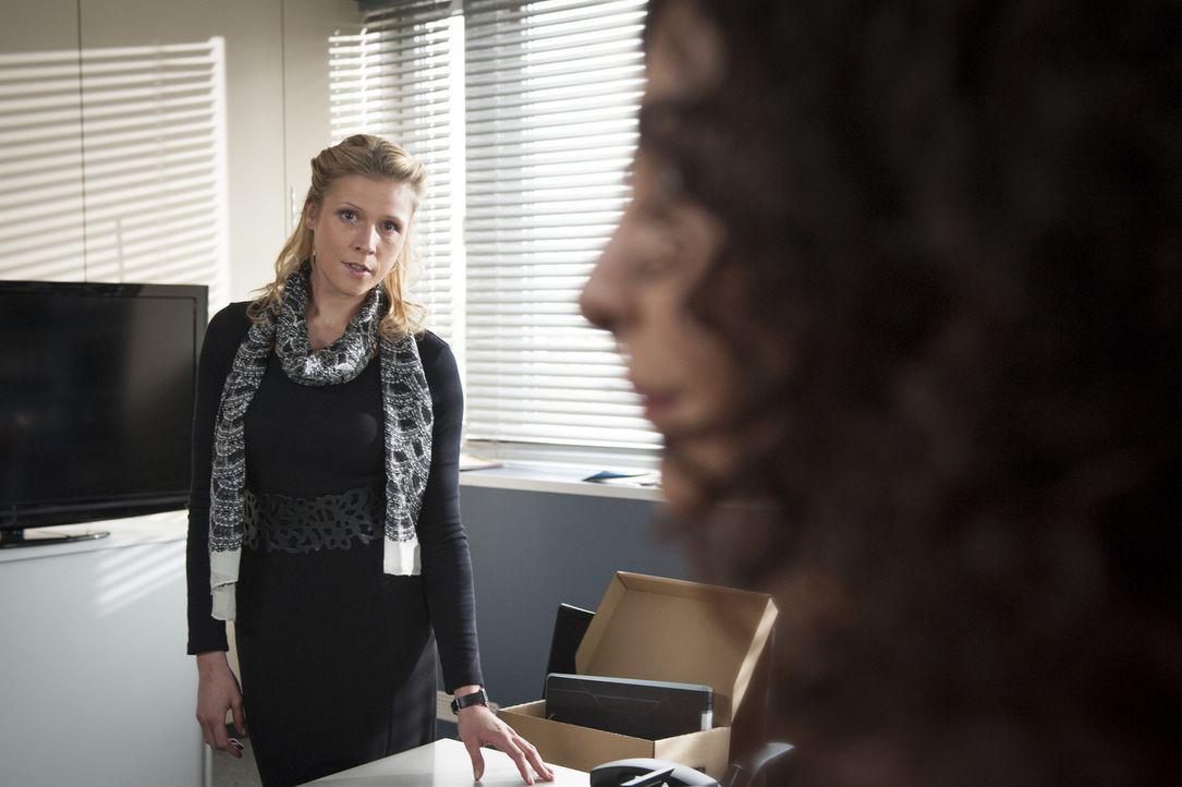 Erst spät wird Steffi (Franziska Weisz, l.) klar, dass Tanja (Proschat Madani, r.) schon seit langem in Mick schwer verliebt ist ... - Bildquelle: Martin Rottenkolber SAT.1