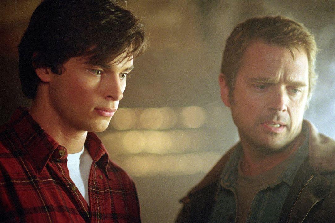 Seitdem sie Clark (Tom Welling, l.) vor über 12 Jahren nach dem Meteoriteneinschlag bei sich aufgenommen haben, halten Jonathan  (John Schneider) un... - Bildquelle: Warner Bros.