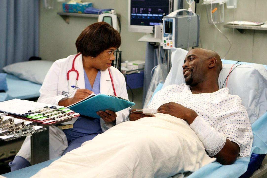 Nach einem Schulbusunfall werden zahlreiche Teenager ins Seattle Grace eingeliefert. Bailey (Chandra Wilson, l.) behandelt einen Patienten (D.B. Woo... - Bildquelle: Touchstone Television
