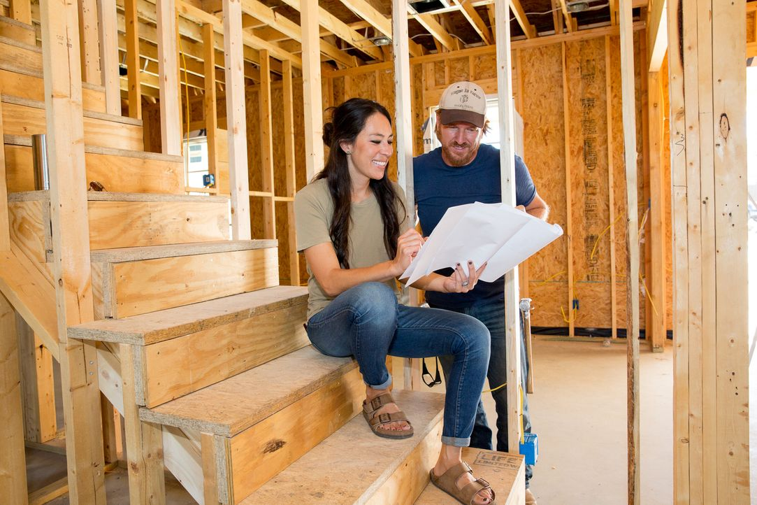 Joanna (l.) und Chip Gaines (r.) planen ihr neues Projekt. Ein großes Haus für das Ehepaar Pahmiyer und deren Enkel ... - Bildquelle: Jeff Jones 2017, HGTV/Scripps Networks, LLC. All Rights Reserved.