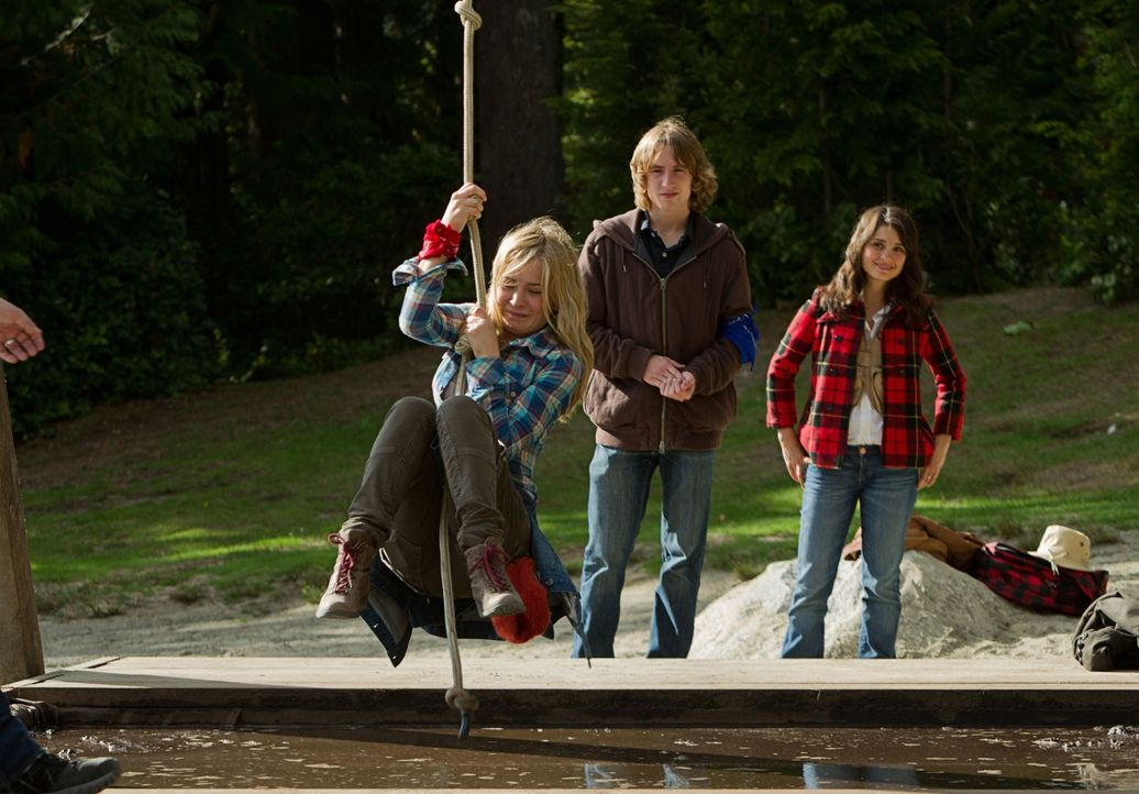 Mut und Überwindung sind gefordert: Lux (Brittany Robertson, l.) schwingt sich vor den Augen ihrer Mitschüler und ihrer Mutter Cate (Shiri Appleby,... - Bildquelle: The CW   2010 The CW Network, LLC. All Rights Reserved