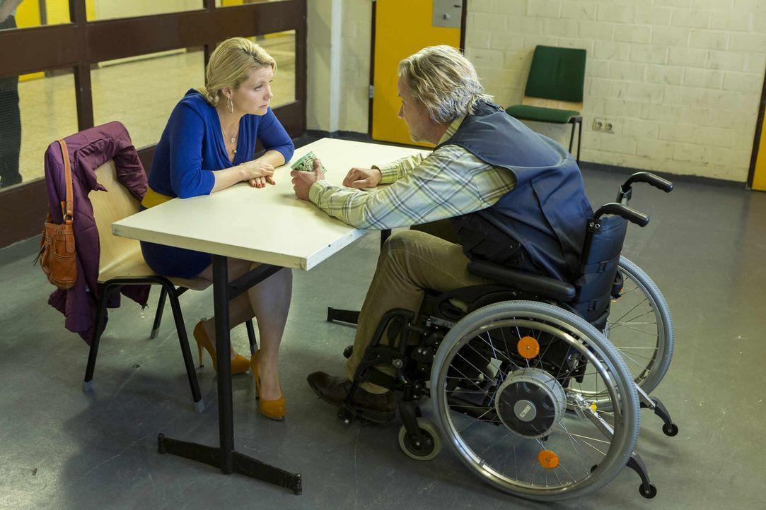 Während Bea, Nils und Orkan an einem IQ-Test teilnehmen, versucht Danni (Annette Frier, l.) ihren Vater Kurt (Axel Siefer, r.) aus der JVA zu bekom... - Bildquelle: Frank Dicks SAT.1