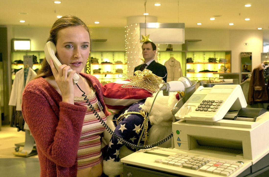 Ihre ständigen familiären Sorgen setzen Claudia (Deborah Kaufmann, vorne) immer mehr zu. Sie glaubt, bei ihrem amerikanischen Chef, Michael Mansfiel... - Bildquelle: Thomas Schumann/s.e.t. ProSieben