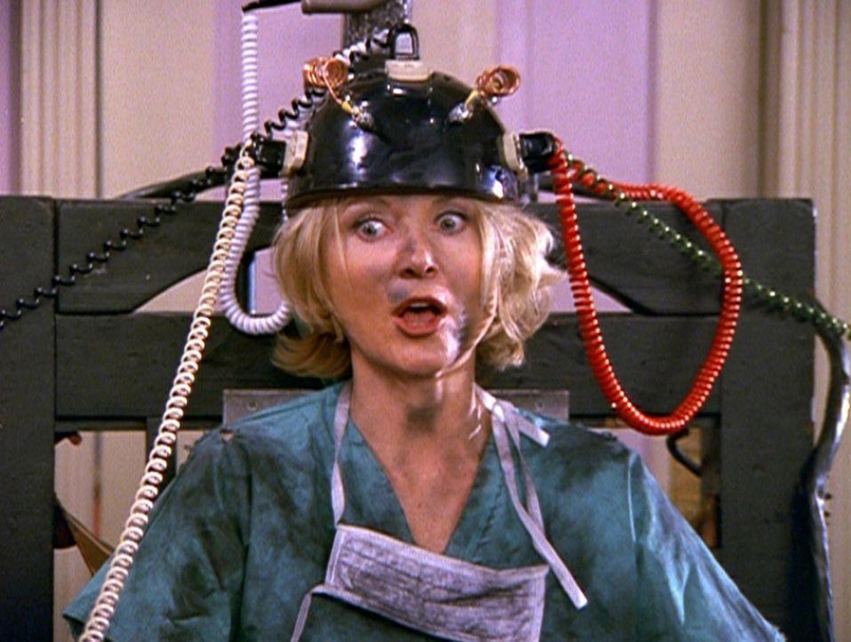 Tante Zelda (Beth Broderick) hat sich beim Versuch, Brad das Hexenjäger-Gen zu entfernen, ziemlich verausgabt ... - Bildquelle: Paramount Pictures