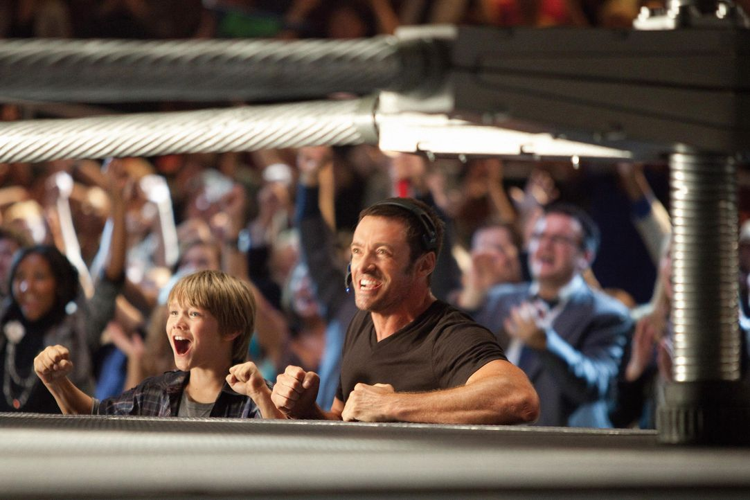 Feiern ihre ersten Erfolge: Charlie (Hugh Jackman, r.) und Sohnemann Max (Dakota Goyo, l.) ... - Bildquelle: Greg Williams, Melissa Moseley DREAMWORKS STUDIOS.  All rights reserved