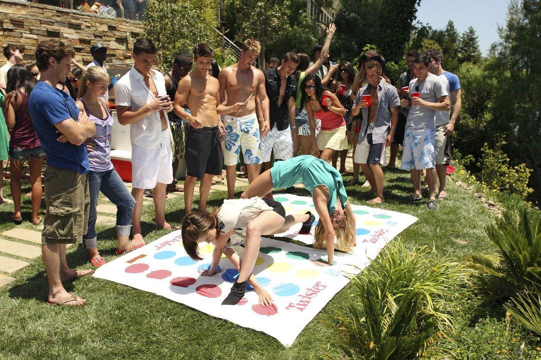 """Auf Austins Party amüsieren sich Emily (Chelsea Hobbs, vorne) und Lauren (Cassie Scerbo, M.) beim """"Twister-Spiel"""" ... - Bildquelle: 2010 Disney Enterprises, Inc. All rights reserved."""