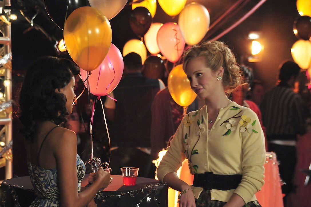 Bonnie (Katerina Graham, l.) und Caroline (Candice Accola, r.) halten nach attraktiven Jungs Ausschau. - Bildquelle: Warner Bros. Television