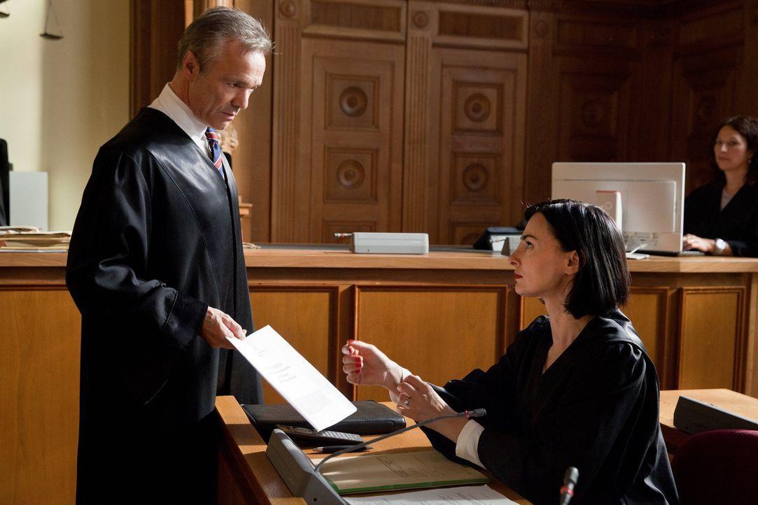 Tragen nicht nur im Gerichtssaal, sondern auch privat eine immerwährende Fehde aus: der idealistische Anwalt Axel Schwenn (Hannes Jaenicke, l.) und... - Bildquelle: Maor Waisburd SAT. 1