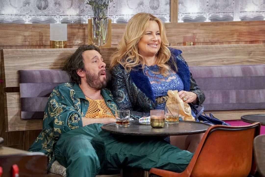 Beobachten das seltsame Treiben in der Dessertbar: Oleg (Jonathan Kite, l.) und Sophie (Jennifer Cooldige, r.) ... - Bildquelle: Warner Bros. Television