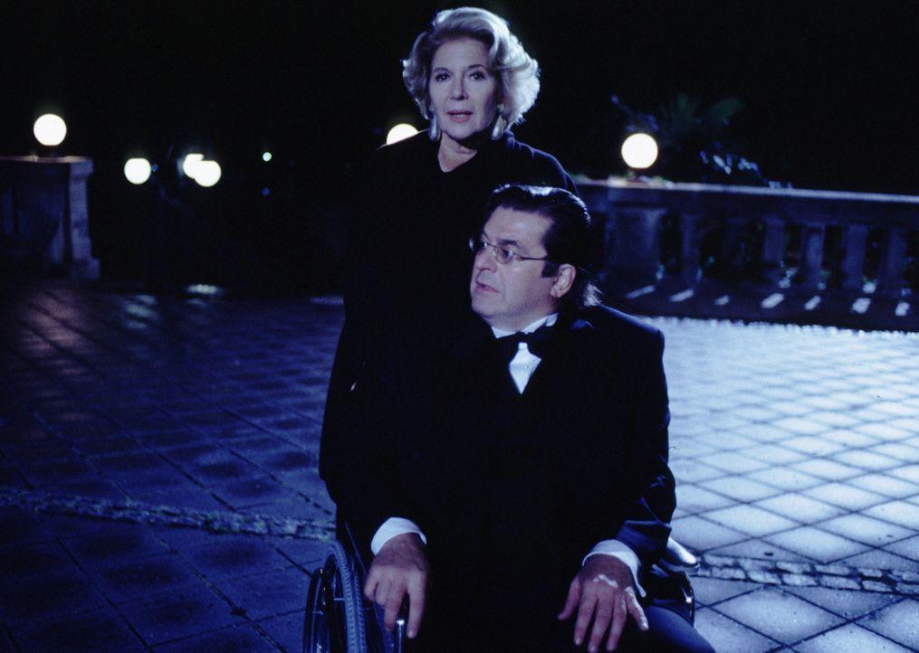 Florestan Seyfried (Erwin Steinhauer, vorne) ist auf die Hilfe seiner Frau Carla (Christiane Hörbiger, hinten) angewiesen. - Bildquelle: Brandenstein Sat.1