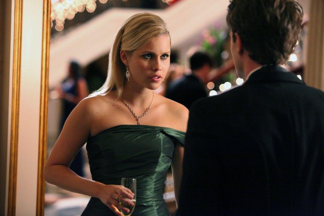 Auf dem Ball von Familie Michaelson flirtet Rebekah (Claire Holt, l.) was das Zeug hält ...