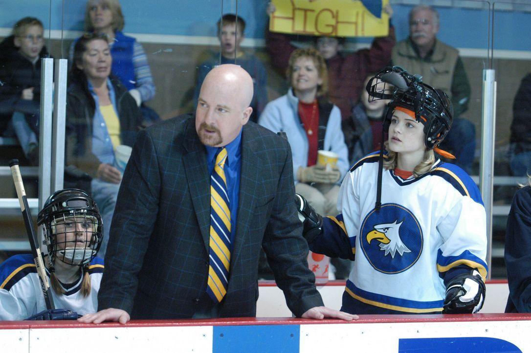 Obwohl die 14-jährige Katelin (Jordan Hinson, r.) eine aufstrebende Eiskunstläuferin ist, soll sie der Eishockeytruppe um Coach Reynolds (Paul Kie... - Bildquelle: The Disney Channel