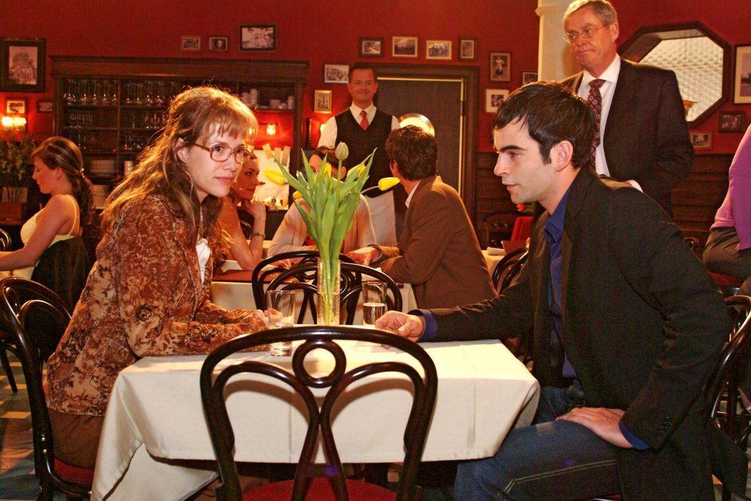 David (Mathis Künzler, r.) verlangt von Lisa (Alexandra Neldel, l.), dass sie endlich ihre Gefühle für ihn in den Griff bekommt. Niemals wird sie... - Bildquelle: Sat.1