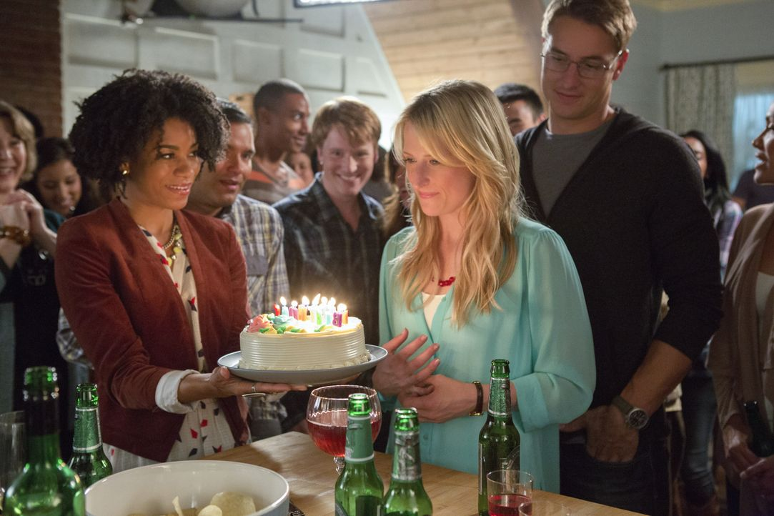Tyra (Kelly McCreary, l.) und Will (Justin Hartley, r.) bringen Emily (Mamie Gummer, r.) in Verlegenheit ... - Bildquelle: Jack Rowand 2012 The CW Network, LLC. All rights reserved.