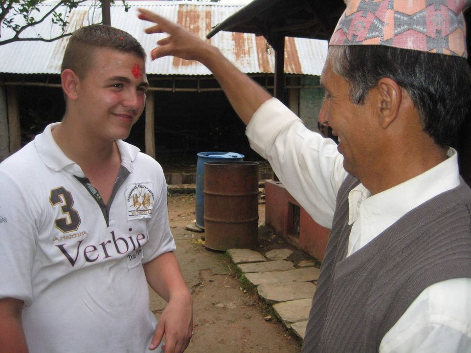 Die Armut der Menschen in Nepal, das harte Leben auf der Farm und der Verzicht auf Luxus bringt Michele (l.) an seine Grenzen ... - Bildquelle: kabel eins