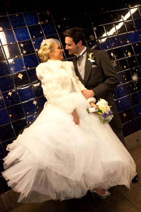 """Kurz vor Weihnachten plant Juan für seine Verlobte Alice eine """"Alice im Wunderland""""-Hochzeit - oder er versucht es zumindest ... - Bildquelle: Laurie Rhodes"""