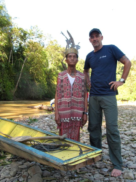 "In den Tiefen des Urwalds von Borneo will Todd Carmichael (r.) die seltene und exotische Kaffeepflanze ""Liberica"" finden. Auf seiner Reise erlebet e... - Bildquelle: 2012, The Travel Channel, L.L.C. All rights Reserved."