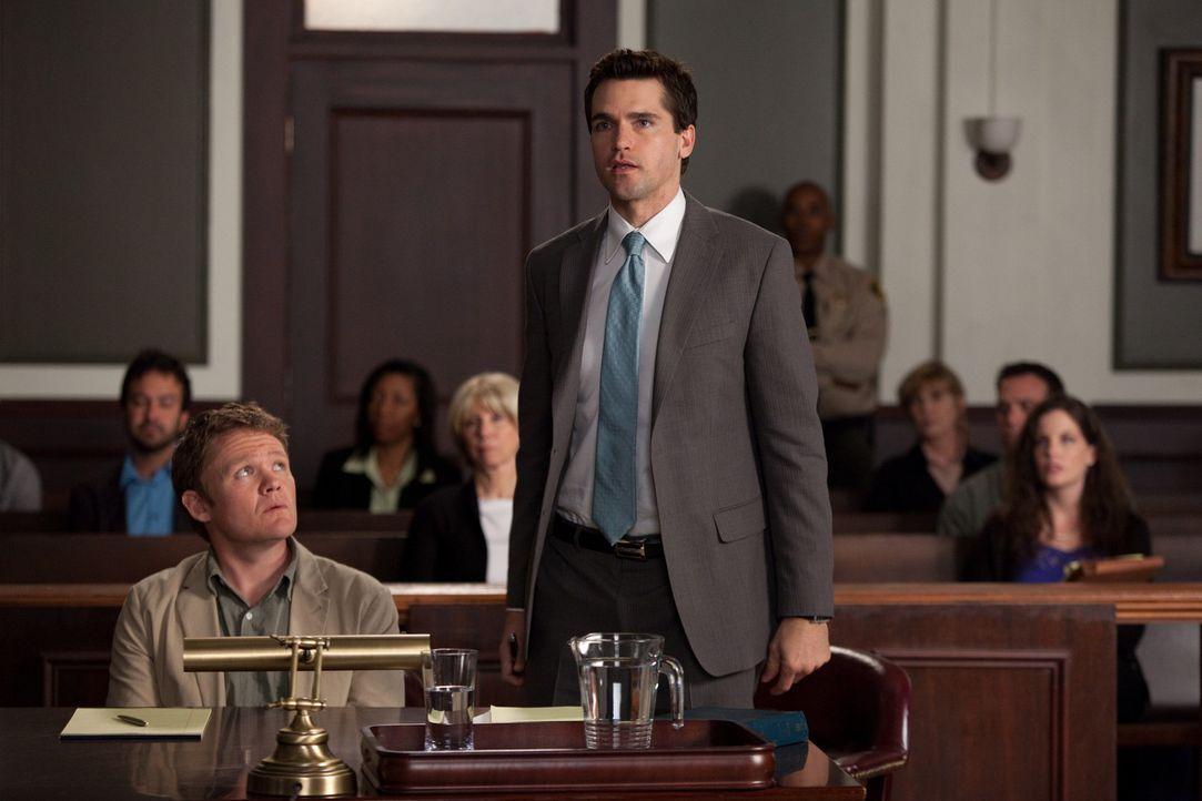 Ein ganz absurder Fall: Grayson (Jackson Hurst, r.) verteidigt Mike Barry (Scott Michael Campbell, l.), der das Sorgerecht für seinen Schimpansen h... - Bildquelle: 2009 Sony Pictures Television Inc. All Rights Reserved.