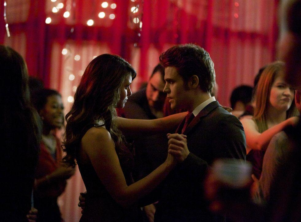 Elena/Katherine und Stefan auf dem Valentinsball - Bildquelle: Warner Bros. Entertainment Inc.