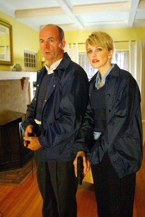 Eine heiße Spur: Ein nicht geklärter Mord aus dem Jahre 1991 beschäftigt Det. Lilly Rush (Kathryn Morris, r.) und Lt. John Stillman (John Finn, l.).... - Bildquelle: Warner Bros. Television