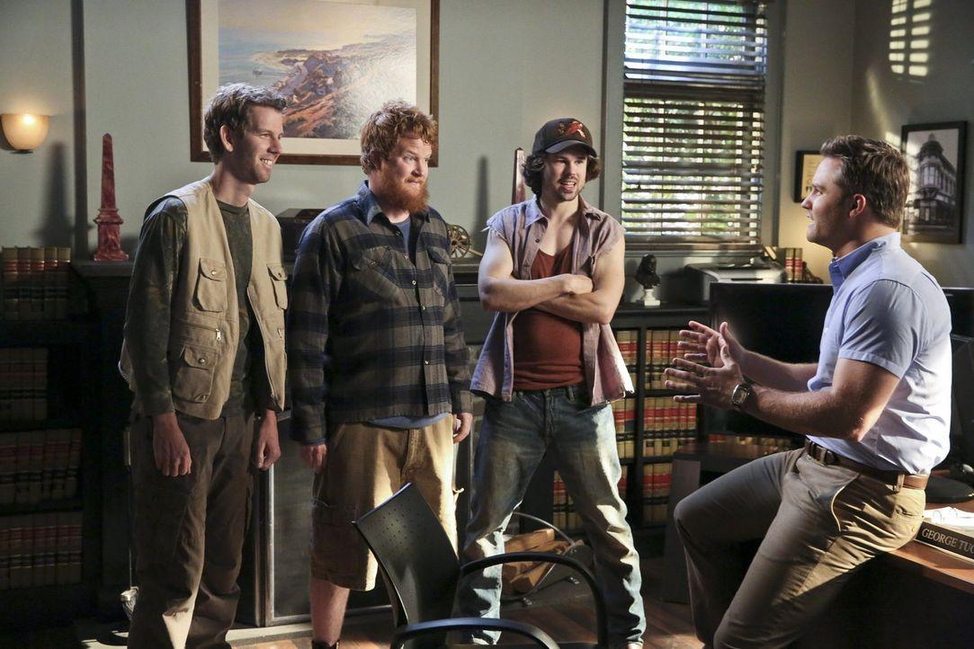 George (Scott Porter, r.) hilft Tansys Brüdern Rudy (Matt Hobby, l.), Chicken (Bill Parks, 2.v.l.) und Rockett (Kevin Sheridan, 2.v.r.) aus der Pats... - Bildquelle: 2014 Warner Brothers