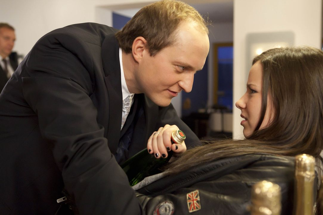 Luzi (Selina Müller, r.) wird auf Stefans zwielichtiger Privat-Party von einem seiner Geschäftspartner bedrängt. Damit Luzi den Vorfall für sich... - Bildquelle: David Saretzki SAT.1