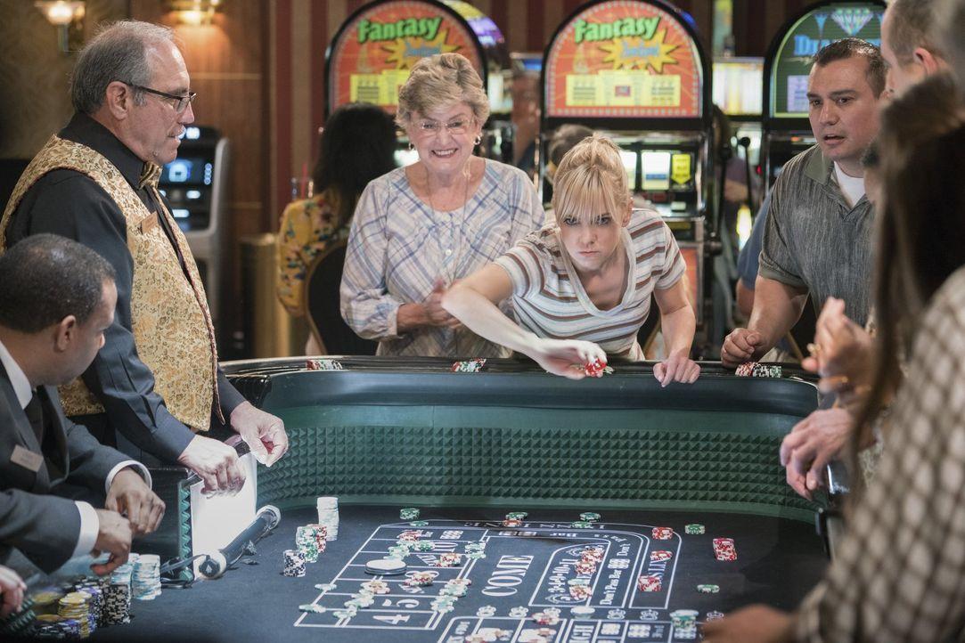 Lässt sich Christy (Anna Faris, M.) wirkich von ein paar Spieltischen ablenken, wenn sie eigentlich das Geld für die Kaution ihrer Mutter holen soll... - Bildquelle: 2018 Warner Bros.