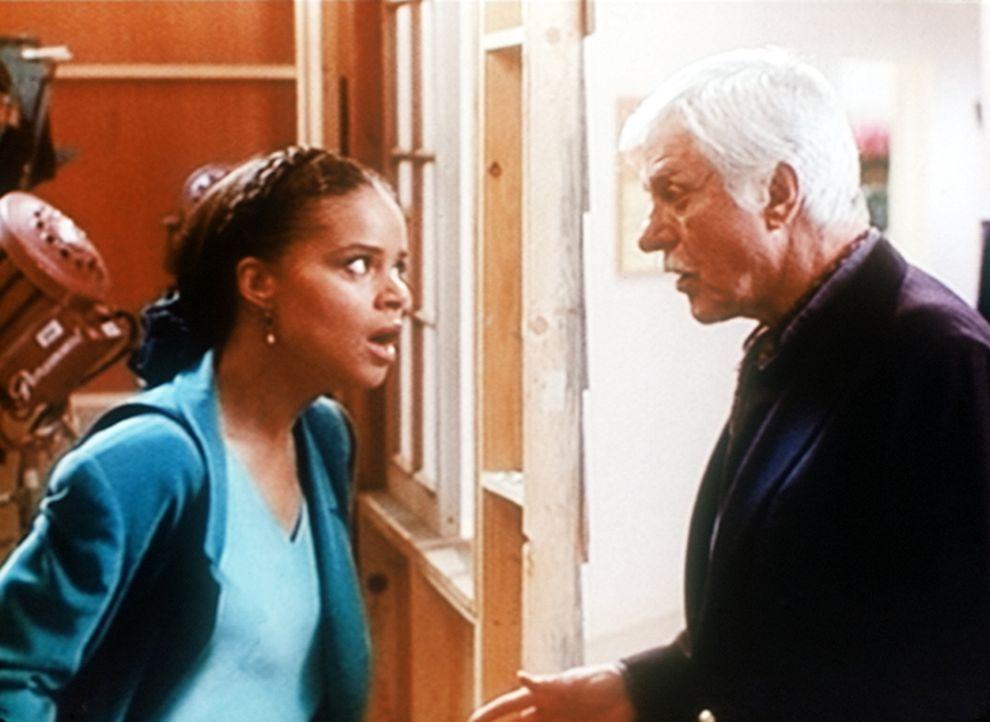Amanda (Victoria Rowell, l.) ist aufgebracht: Beinahe wäre sie bei ihren heimlichen Ermittlungen im Fernsehstudio ertappt worden. Mark (Dick Van Dyk... - Bildquelle: Viacom