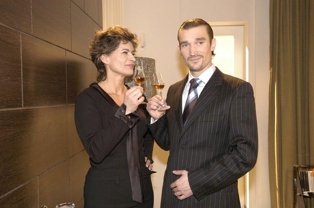 Sophie von Brahmberg (Gabrielle Scharnitzky, l.) und Richard (Karim Köster, r.) stoßen darauf an, dass ihr Plan, Mariella und David auseinander zu b... - Bildquelle: Noreen Flynn Sat.1