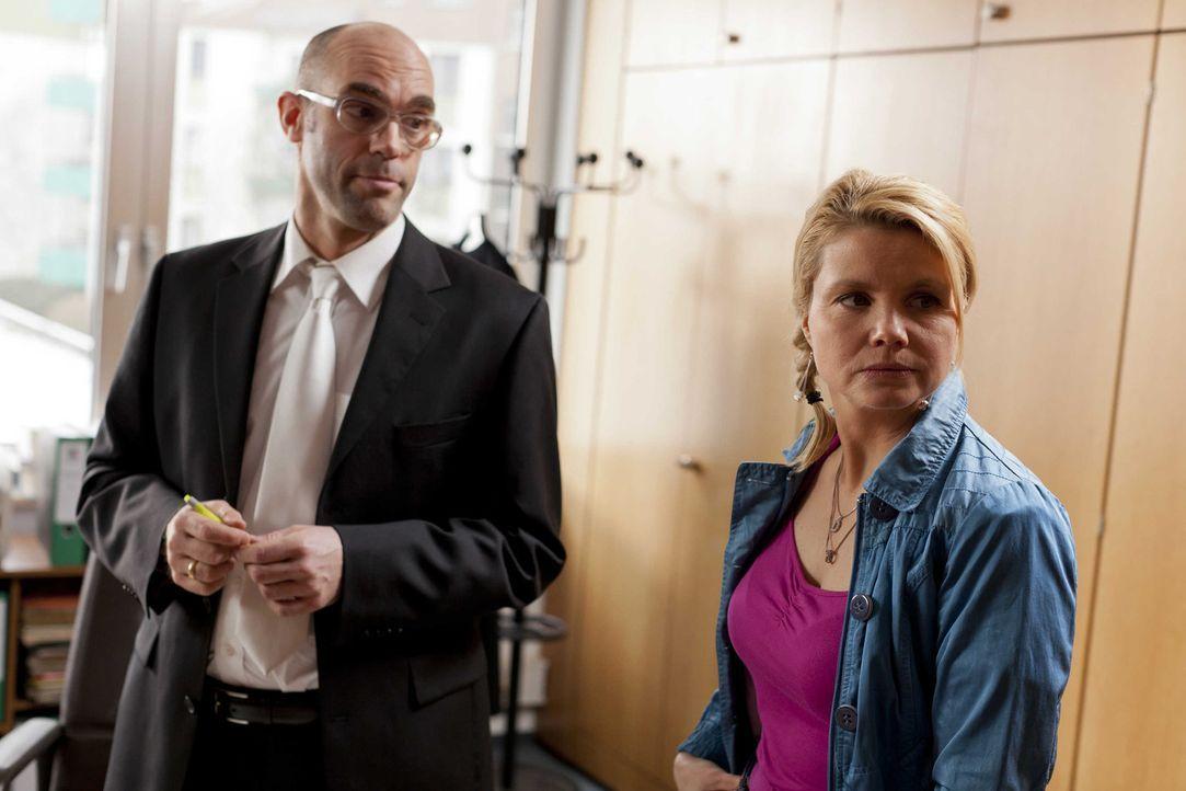 Um einen Fall zu gewinnen, gibt Danni (Annette Frier, r.) alles und schreckt auch nicht davor zurück, Richter Dremel (Sascha Schiffbauer, l.) aufzu... - Bildquelle: Frank Dicks SAT.1
